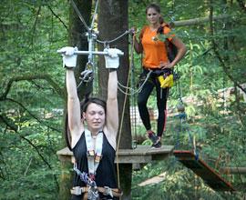 zwei junge Frau im Kletterwald München