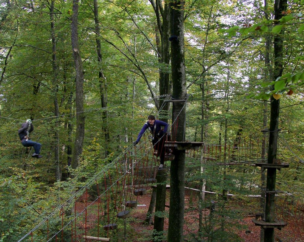 Zwei Personen im Kletterwald München