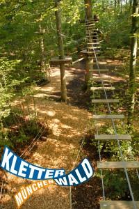 Zum ende des zweiten Parcours im Kletterwald kommt die Eisenbahnbrücke.
